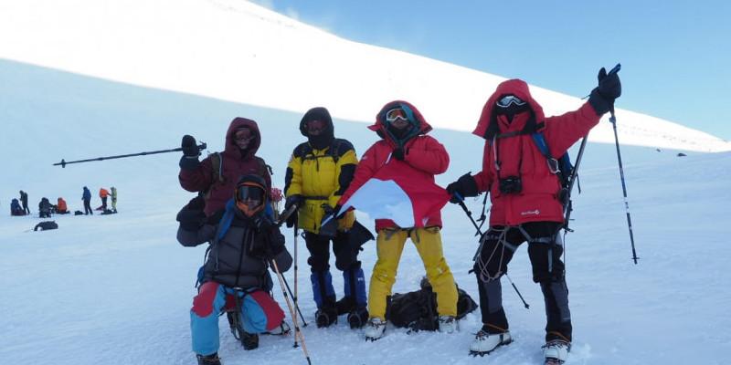 Dua Pelajar BPK Penabur Mendaki Gunung Tertinggi Eropa