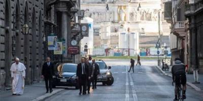 Berjalan Kaki Menuju Gereja, Paus Fransiskus Doakan Pandemi Corona Segera Berakhir