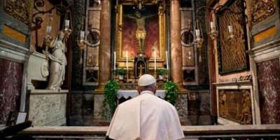 Prosesi Salib Ajaib di Lapangan St Petrus untuk Usir Corona