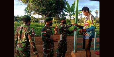 Prajurit Yonif 411 Kostrad Bagikan Takjil di Tapal Batas