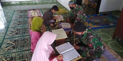 Anak-anak Perbatasan Belajar Mengaji dengan Pak Tentara