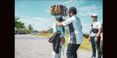 ITDC Salurkan Masker untuk Pedagang Asongan
