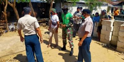 Evakuasi Warga KorbanGelombang Tinggi Di Pantai Utara Tuban