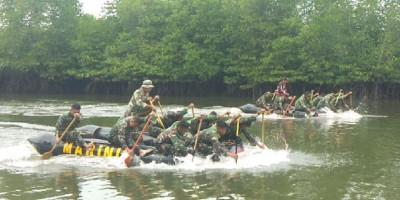 Prajurit Yonif 8 Marinir Latihan Dayung Perahu Karet