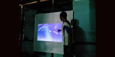 Pakai Genset, Satgas TMMD Kodim 1709 Gelar Nonton Bareng Anak-anak Kampung Natabui