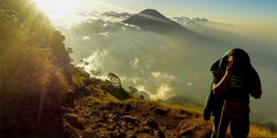 Jangan Pernah Lupakan Jas Hujan Saat Mendaki Gunung