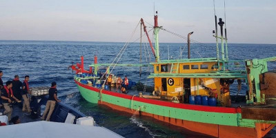 Nahkoda Kapal Vietnam Duel dengan Petugas di Laut, Tusuk Pakai Gunting Ditangkis Pakai Parang