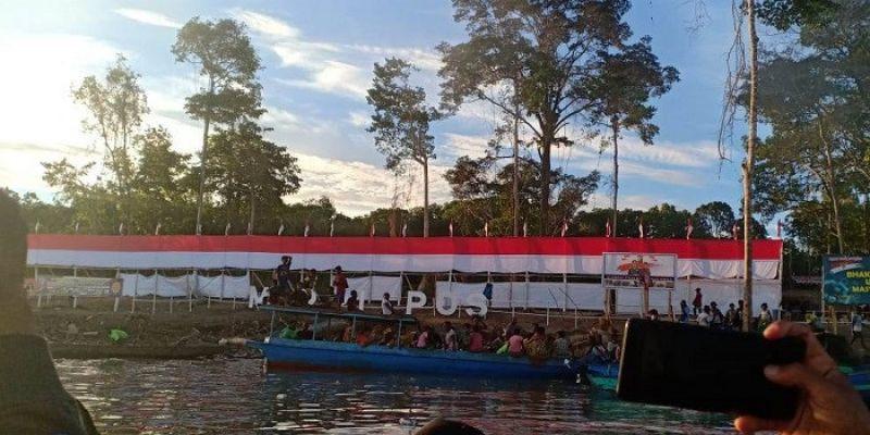 TNI-Polri Bentangkan Bendera Merah Putih 75 Meter di Bamgi