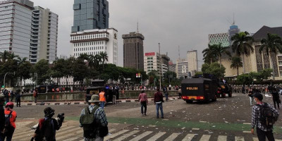 Usai Demonstrasi, Sampah Makanan Hingga Kantong Plastik Berserakan di Sekitar Monas
