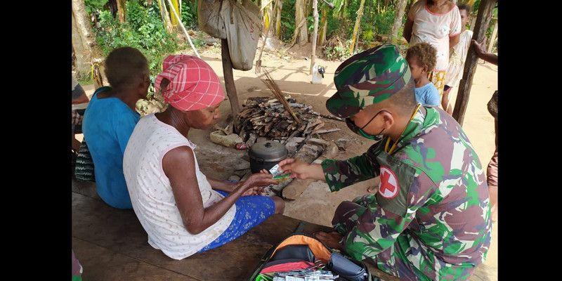 Prajurit Pamtas Yonif 125 Sambangi Warga Berikan Pelayanan Kesehatan dan Extra Fooding