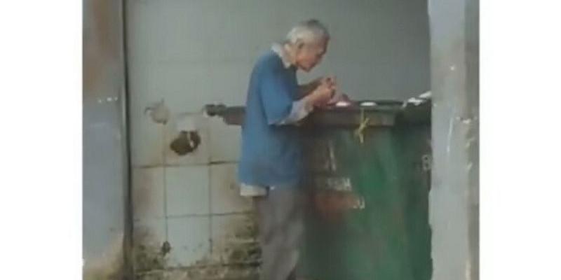Lihat, Kakek Ini Cari Makanan Sisa di Tempat Sampah Kotor