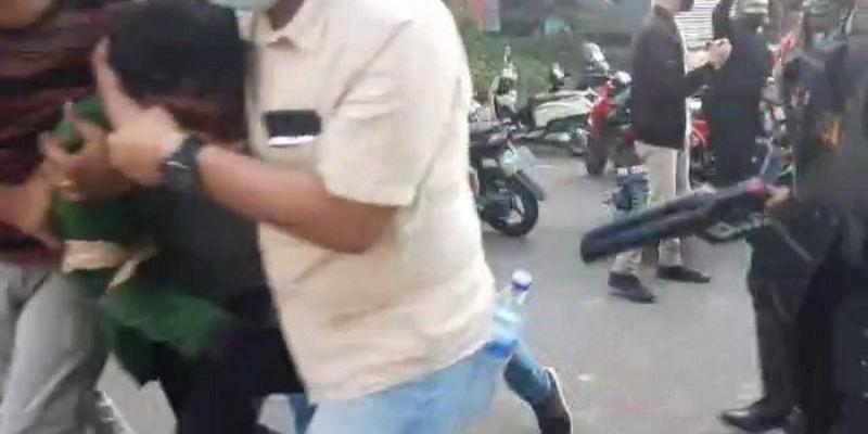 Perwira Polisi Pakai Jaket Almamater Menyamar Jadi Mahasiswa, Digebuk Kawan Sendiri