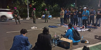 Prajurit Beruang Hitam Marinir Kawal Salat Maghrib Mahasiswa Usai Demo