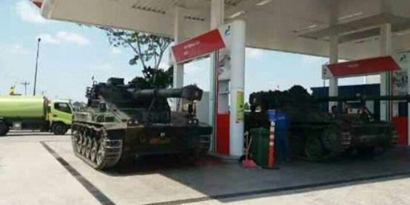 Netizen Melongo, Lihat Foto Tank Perang TNI Isi BBM di SPBU