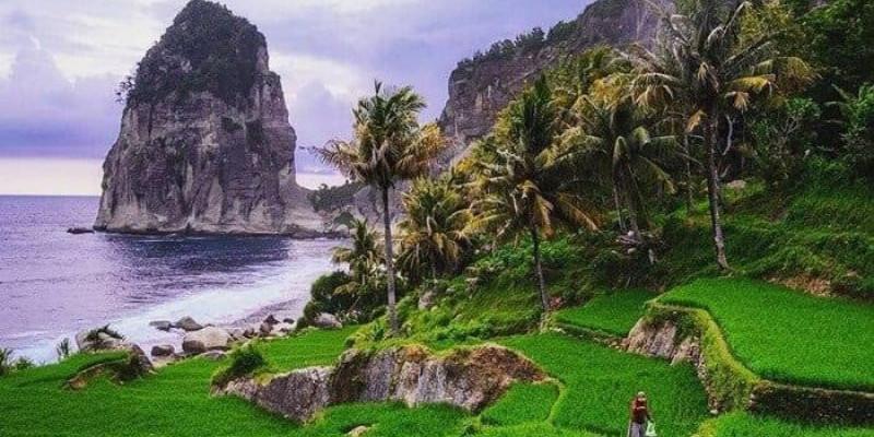 Pantai Pangasan, Surga Tersembunyi yang Masih Perawan dengan Batu Menjulang