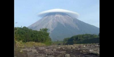 Pendaki Perempuan Ini Berhasil Summit Gunung Semeru dalam Waktu Singkat