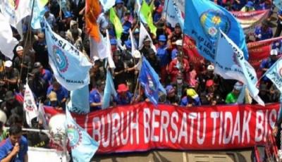 15 Ribu Buruh Geruduk Kantor Gubernur Jawa Timur Tolak Omnibus Law