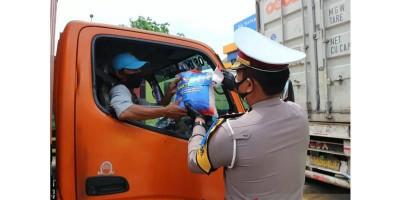 Polda Metro Bagikan 20 Ton Beras dalam Operasi Zebra Jaya
