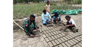 Satgas Pamtas Yonif 125 Fasilitasi Warga Belajar Bikin Batu Bata