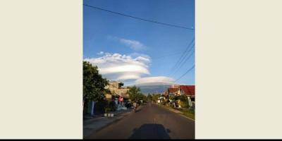 Fenomena Indah di Gunung Lawu, Awan Berselimut Membentuk Topi