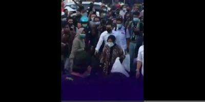 Pungut Sampah di Tengah Kerumunan Demonstran, Risma Diteriaki Pencitraan