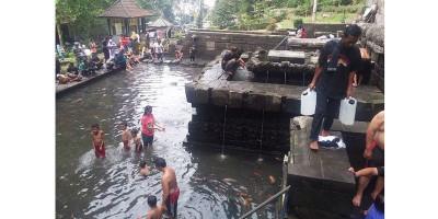Berburu Berkah Air Suci Petirtaan Jolotundo