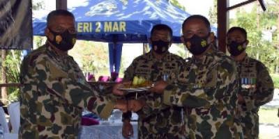 Danmenart 2 Marinir Laksanakan Doa Bersama dan Potong Tumpeng