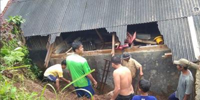 Sejumlah Rumah Rusak Tertimpa Longsor di Cikidang