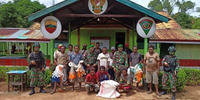 Tingkatkan Perekonomian Warga, Satgas Yonif 125 Beri Bantuan Jaring Ikan