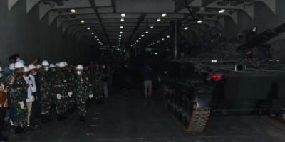 Dankormar Dampingi Kasal Meninjau Kapal Angkut Tank