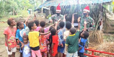 Om Santa Bremoro Bagikan Gula-gula untuk Anak Perbatasan