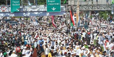 Polisi Halau Pendukung Rizieq yang Mau Masuk Jakarta