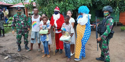 Satgas Yonif 125 Bersama Sinterklas Bagikan Kado Natal