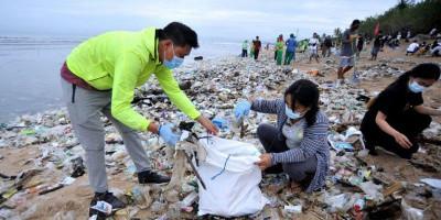 Bersih-bersih Pantai Kuta