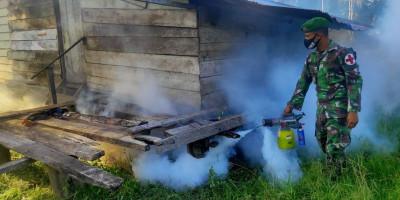 Cegah Malaria dan DBD, Satgas Yonif 125 Lakukan Fogging di Kampung Kondo