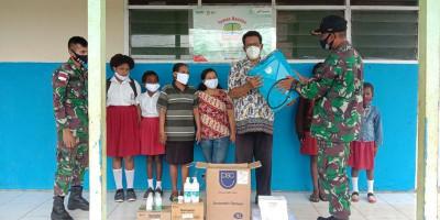 Tekan Covid-19, Satgas Yonif 125 Distribusikan Hand Sanitizer, Masker, dan Vitamin