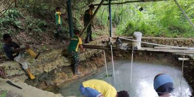 Satgas Yonif MR 413 Bersama Warga Bersihkan Sumber Air Kampung Yowong