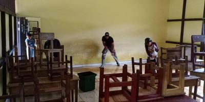 Satgas Yonif 642 Bersama Warga Bersihkan Sampah dan Lumpur Pasca Banjir