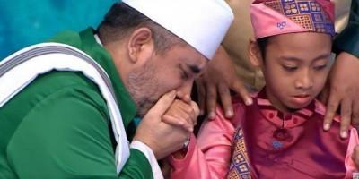 Syekh Al Jaber Selalu Mencium Tangan Bocah Penghafal Al-Qur'an Ini