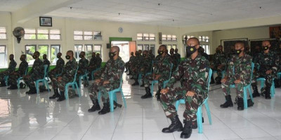 Peserta OJT Tandikmata Kesehatan TNI AL Terima Jam Komandan