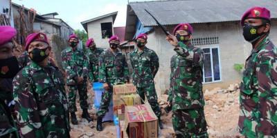 Prajurit Yonmarhanlan IV Terdampak Banjir Bandang Terima Bantuan Dari Danpasmar 1