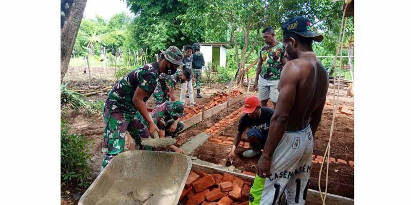 Bersama Warga, Satgas Yonif 125 Gotong Royong Bangun Rumah di Kampung Toray
