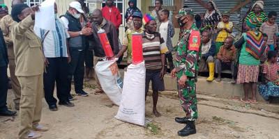 Sinergi dengan Pemda, Babinsa Enarotali Bantu Penyaluran Bantuan Korban Banjir