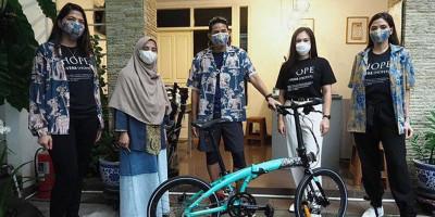 Kolaborasi Sandiaga Uno dan Wulan Guritno dalam Bike For Hope