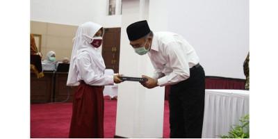 Terima Bantuan Ratusan Gawai untuk PJJ, Menko PMK Apresiasi Inisiatif IKA ITS