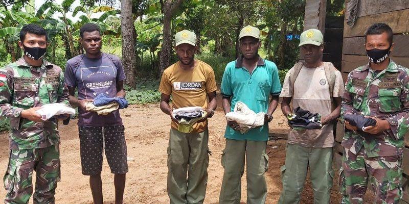 Satgas Yonif 125 Bagikan Pakaian Layak Pakai untuk Warga Kampung Kondo