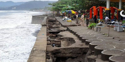 Jogging Track Pantai Citepus Rusak Diterjang Ombak