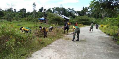 Peduli Lingkungan, Prajurit Yonif MR 413 Bersihkan Jalan Kampung Mosso
