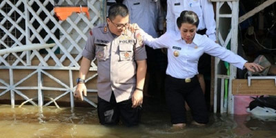 Tinjau Langsung Korban Banjir, Wali Kota Singkawang Salurkan Bantuan