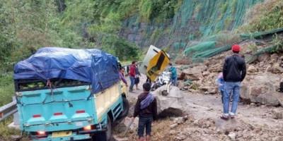 Jalan Penghubung Cianjur-Bandung Tertutup Longsor, Kendaraan Lewat Bergantian